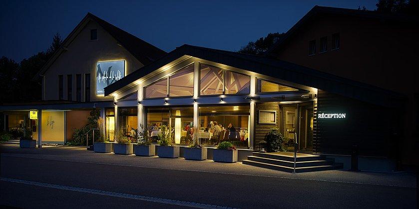 4. Hotel bei Nacht