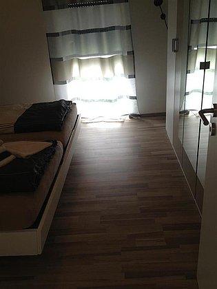 Freifläche zwischen Bett und Schrank