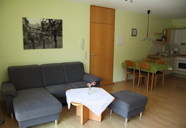 Küche und Wohnzimmer_Müller-Thurgau und Spätburgun