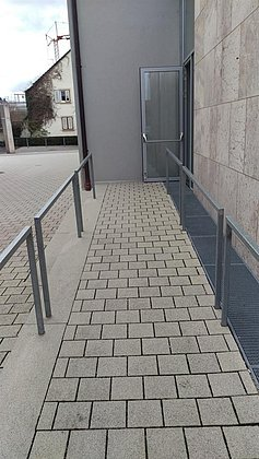 Rampe zum Nebeneingang